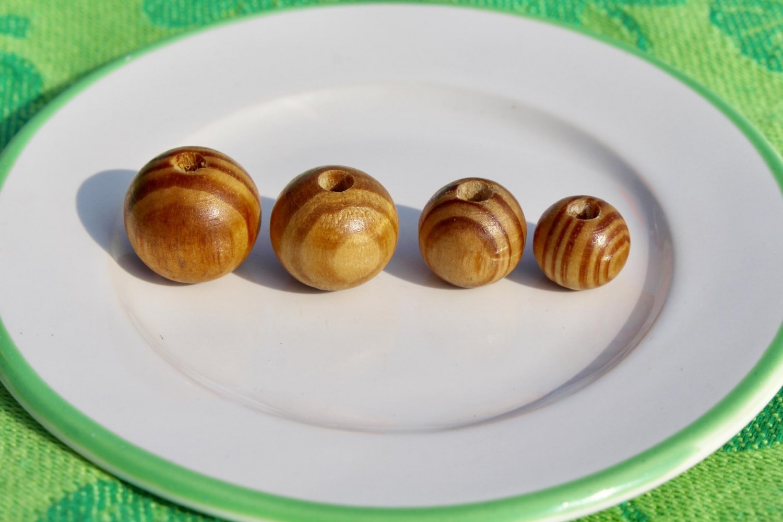 Bolas y abalorios de madera de pino